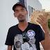 Homem joga dinheiro para apoiadores em comemoração de campanha política em Canudos-BA.