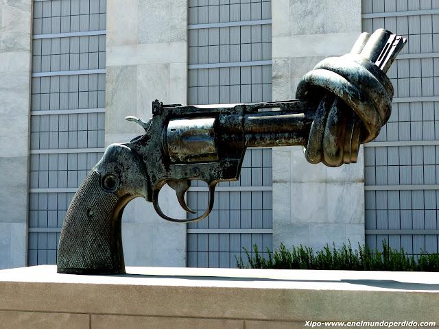 pistola-atada-escultura-onu.JPG
