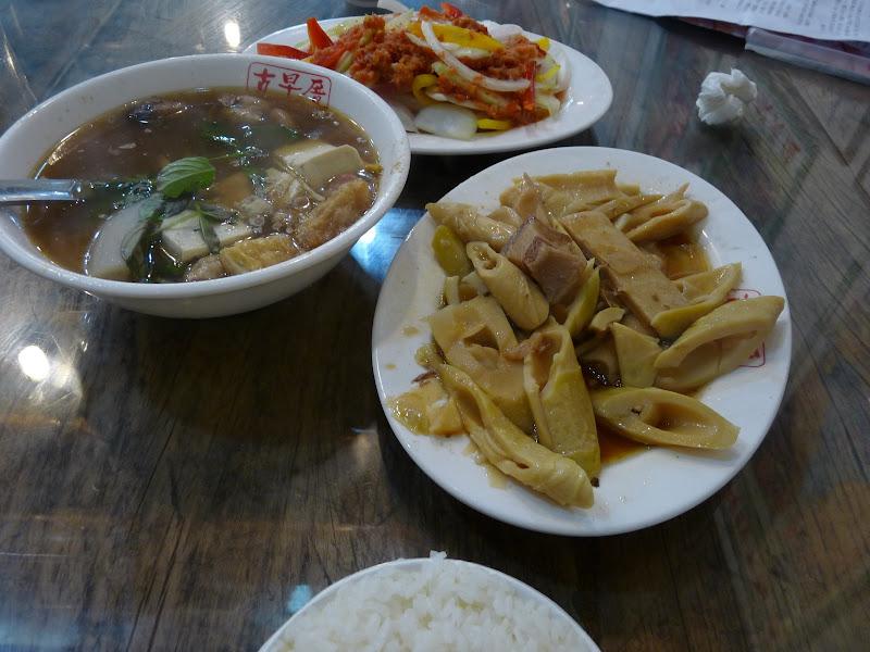 au restaurant,délicieuses pousses de  bambous , tofu et salade
