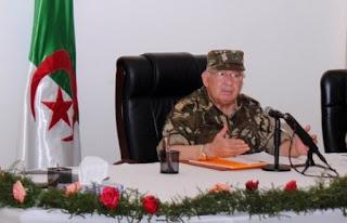 Gaïd Salah poursuit sa visite à la 4e RM par l'inspection d'unités relevant du secteur opérationnel de Biskra