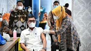 Sekertaris Golkar Ismet Roni, Penerima Vaksin Covid 19  Pertama di Lampung