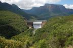Blyde River løber igennem bjergene. Vi skal på sejltur ovenfor dæmningen.