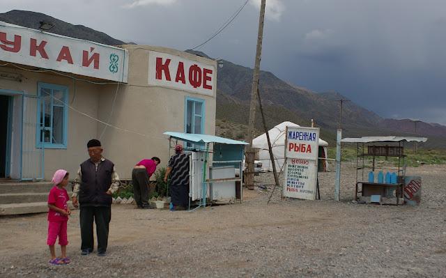 Café et vendeur de poissons à l'Ouest de Balykchy, 3 juillet 2006. Photo : J.-M. Gayman