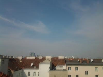 Das Wetter in Wien am 11.04.2015:  Es wird noch etwas wärmer als gestern in Favoriten! Mit 21,8°C erlebten wir den bisher wärmsten Tag des Jahres, heute dürften es sogar knapp über 22 Grad werden. Nach Frühwerten von 8,3°C haben wir bereits um 11 Uhr die 15 Grad Marke erreicht. Dazu scheint die Sonne den ganzen Tag, allerdings bleibt es diesig. #wetter #wien  #favoriten  #Wetterwarte  #frühling  #ostra