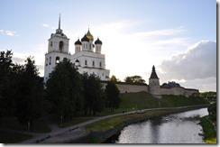 5 pskov le kremlin et la riviere Pskova