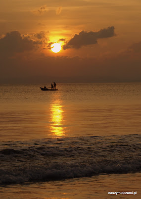 O zachodzie słońca rybacy wypływali na głeboką wodę...