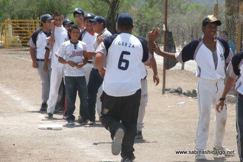 Vicente Garza de Yankees felicitado en el softbol del Club Sertoma