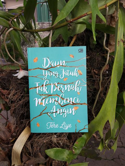 Review Novel Daun Yang Jatuh Tak Pernah Membenci Angin