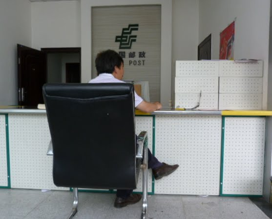 A la poste le client a un siège royal. Ma lettre est bien arrivée à Paris