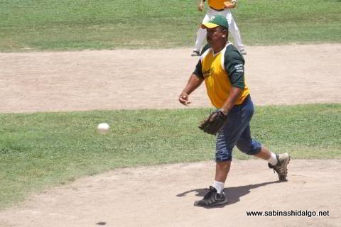 Candelario García lanzando por Amigos en el softbol dominical