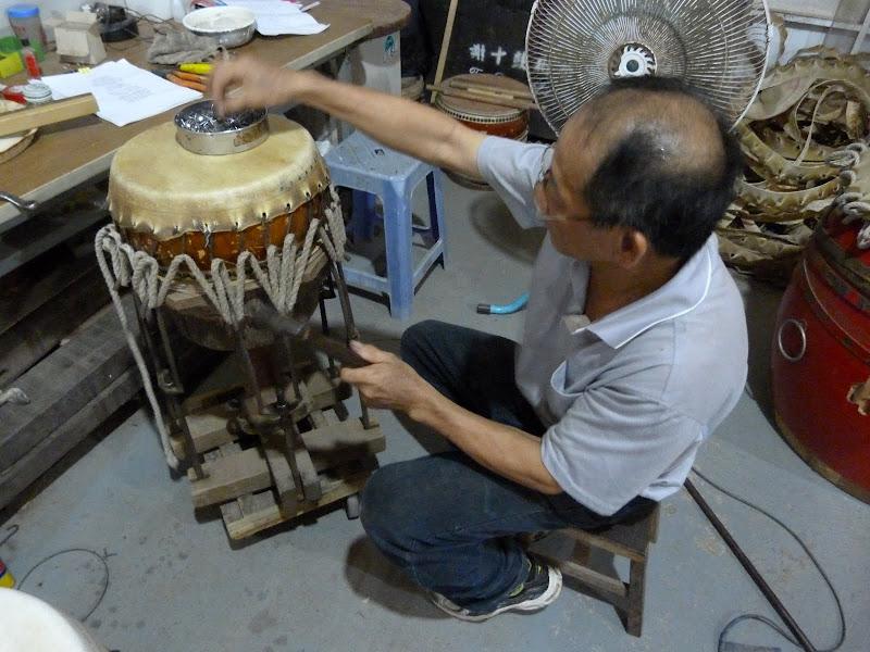 Un authentique et passionnant artisan fabricant de tambours
