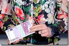 Una donna mostra la banconota da 500 euro