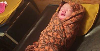 Bayi Perempuan Di Temukan Di depan Kantor Desa