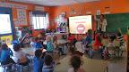 EL PROYECTO DE SEGURIDAD VIAL .La coordinadora del Proyecto por el sector Ayuntamiento, Paqui Lavado, realiza para el alumnado de 5 años las actividades de práctica.
