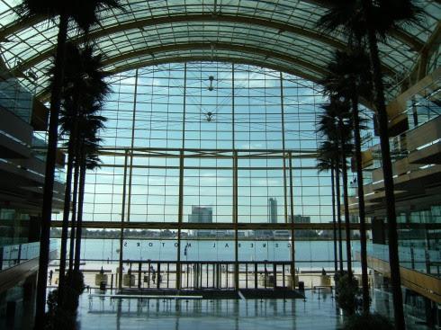 RenCen: General Motors Firmenzentrale mit Blick auf den Detroit River und das kanadische Windsor, Detroit, Michigan, USA