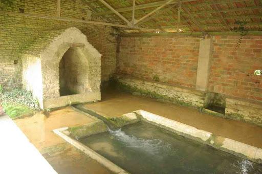 Ancien lavoir à Asquins