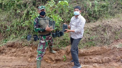Satgas TMMD Tapsel Dukung Koservasi Alam, Bagikan Bibit Pohon ke Warga
