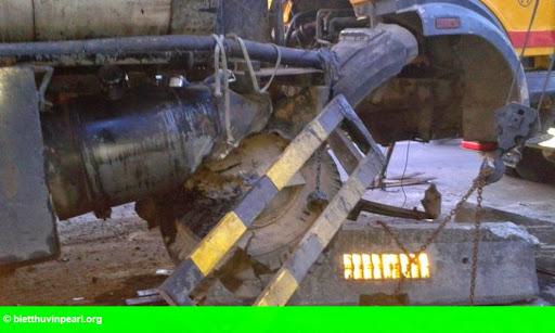 Hình 2: Xe bồn nổ lốp ủi dải phân cách bay hàng chục mét