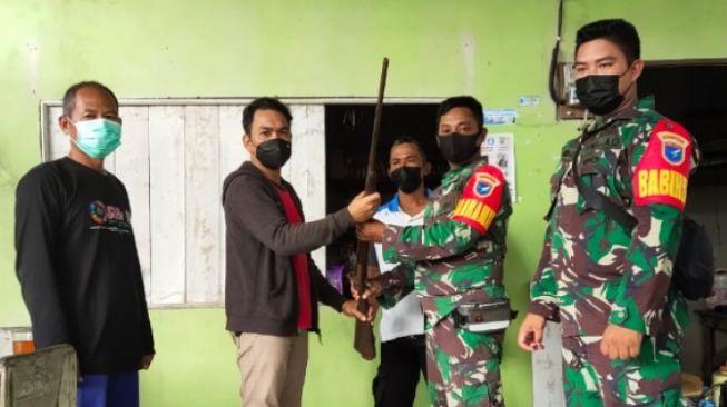 Sadar Aksinya Ilegal, Pria Ini Serahkan Senjata Api Rakitan ke TNI