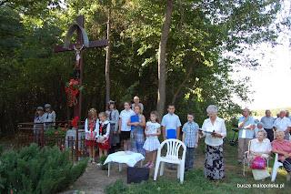 Mieszkańcy Bucza i Mokrzysk licznie przybyli na pogranicze obu miejscowości by wziąć udział w poświęceniu odrestaurowanego krzyża. Uroczystość przygotowała Maria Góra, a poświęcenia dokonał ks. kanonik Ignacy Piwowarski rezydent z Bucza.