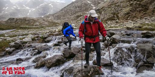 Cruzando el torrente que baja de los Ibones Azules.