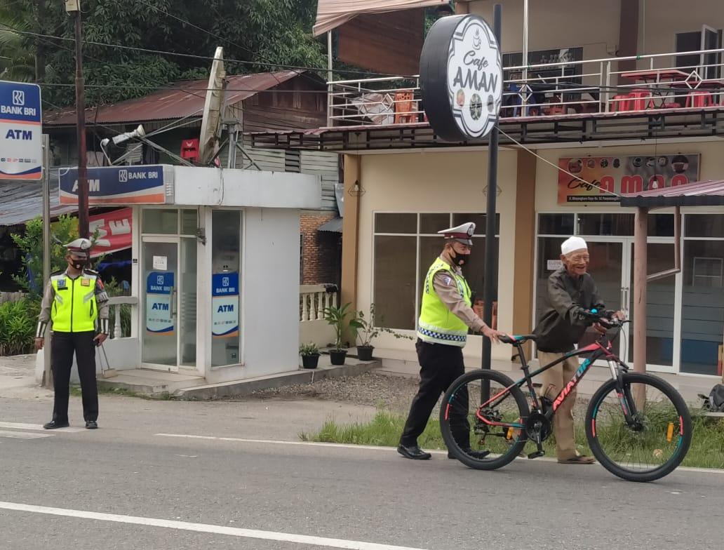 Bripka Yogi Yanto Bantu Kakek Pengedara dorong Sepeda