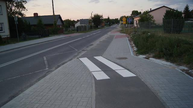 Ciekawe rozwiązanie zjazdu z drogi dla rowerów na jezdnię.