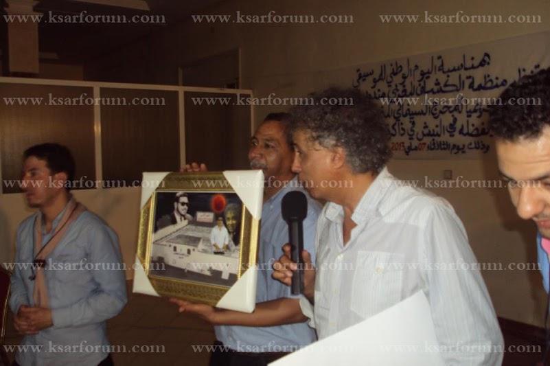 القصر الكبير: منظمة الكشاف المغربي تكرم حسن بن جلون مخرج فيلم القمر الأحمر