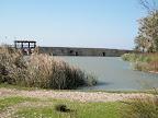 חומת הסכר ולצידה מנופי הסכר המשוחזרים