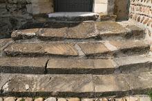 Eglise Saint-Jacques : marches de la porte du 15e s.