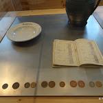 Familistère : musée, bons de marchandise sous forme de jetons (vers 1870) et livres de comptes