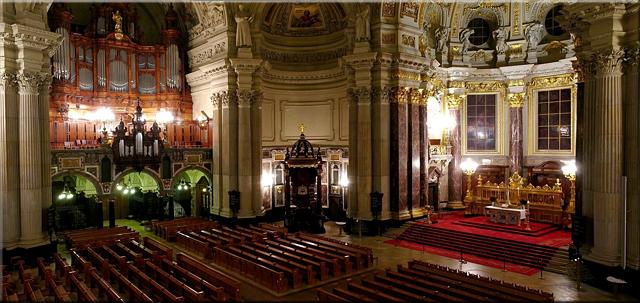 Panorámica de la nave principal de la Berliner Dom donde se destacan el órgano y el altar mayor.