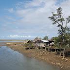 Palafitos junto al río Valle