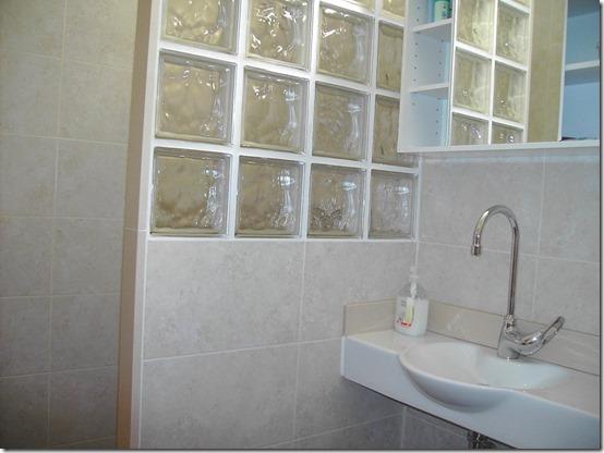 baño separaciones con losetas de vidrio  (1)