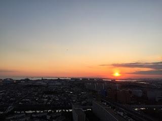 新浦安から夕日が沈むところを撮影。ディズニーランドも写ってます。