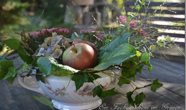 Herbstgesteck mit Äpfeln