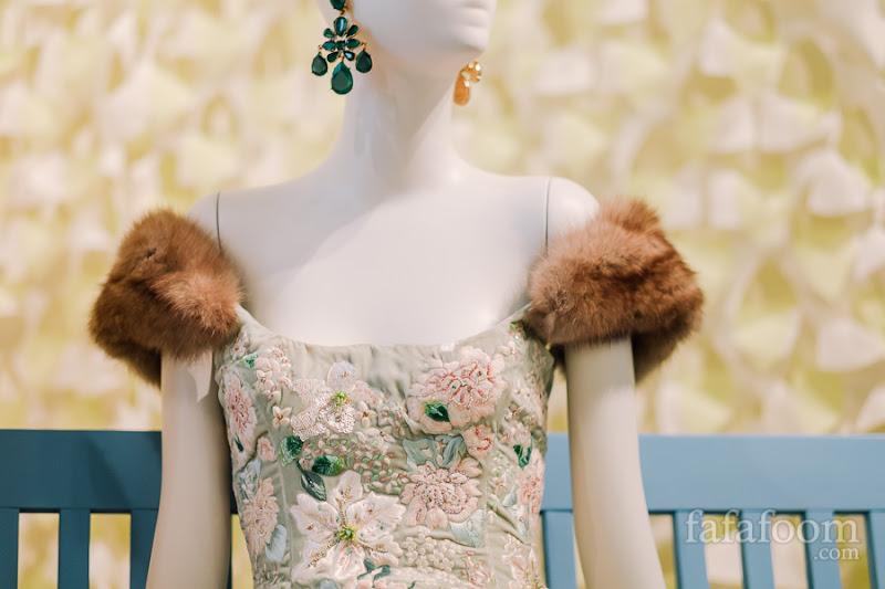 Details of Oscar de la Renta for Pierre Balmain, Evening dress, Autumn/Winter 2000 - 2001.