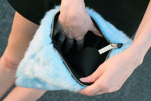 Présentation de deux sacs aux styles et aux formes décalés, une pochette toute poilue et une bandouillère de peluche en forme de chien
