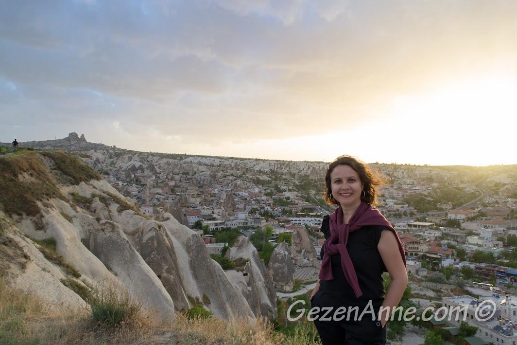 Aydın Kırağı tepesinde güneşi batırırken, Göreme Kapadokya