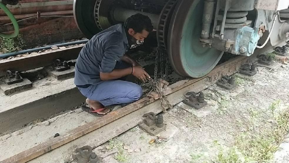 अम्फान तूफान की रफ्तार से रेलवे को खतरा, हावड़ा में लोहे की चेन से बांधे गए कोच