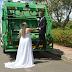 Noiva homenageia esposo com ensaio fotográfico de casamento em carro de coleta de lixo