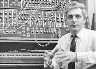 El Dr. Robert Moog en 1968 en el estudio de la factoría de Trumansburg con el Moog Synthesizer