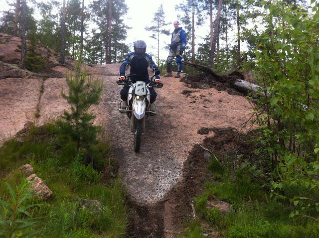Über Felsen in Finnland mit der HP2 Enduro