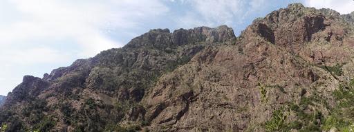 Un coup d'oeil sur le versant en face à ce que l'on pense être Manghja e Beie (la vire vers le haut)