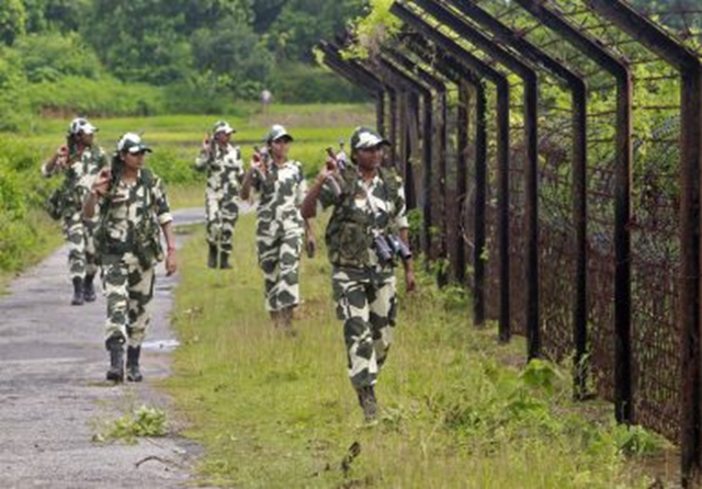 Female personnel of India's Border Security Force (BSF) patrol along the fencing of the India-Bangladesh international border at Dhanpur village in India's northeastern state of Tripura, 11 August 2014. Photo: Jayanta Dey / REUTERS