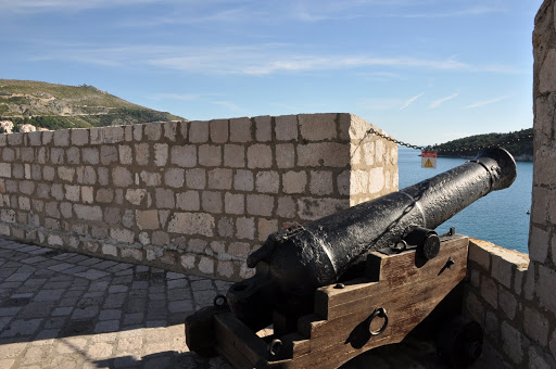 Cannon through the city wall