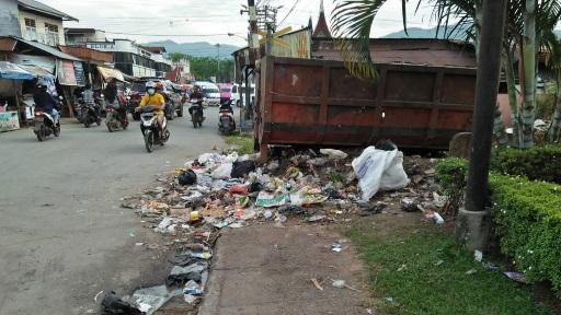 Sampah di Depan Kantor Sat Pol PP Kota Solok, Warga Keluhkan Bau Tak Sedap