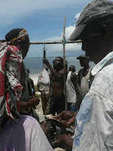 Weighing and selling fish - Mombasa Ke