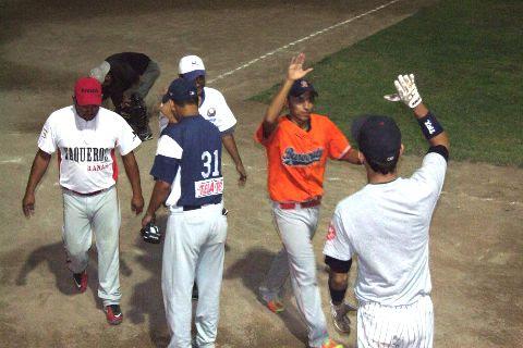 Javier González Chávez de Vallecillo felicitado en el softbol nocturno
