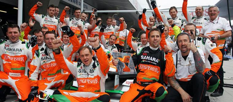 Los mecánicos de Force India celebran el éxito de sus paradas en boxes de Malasia 2013